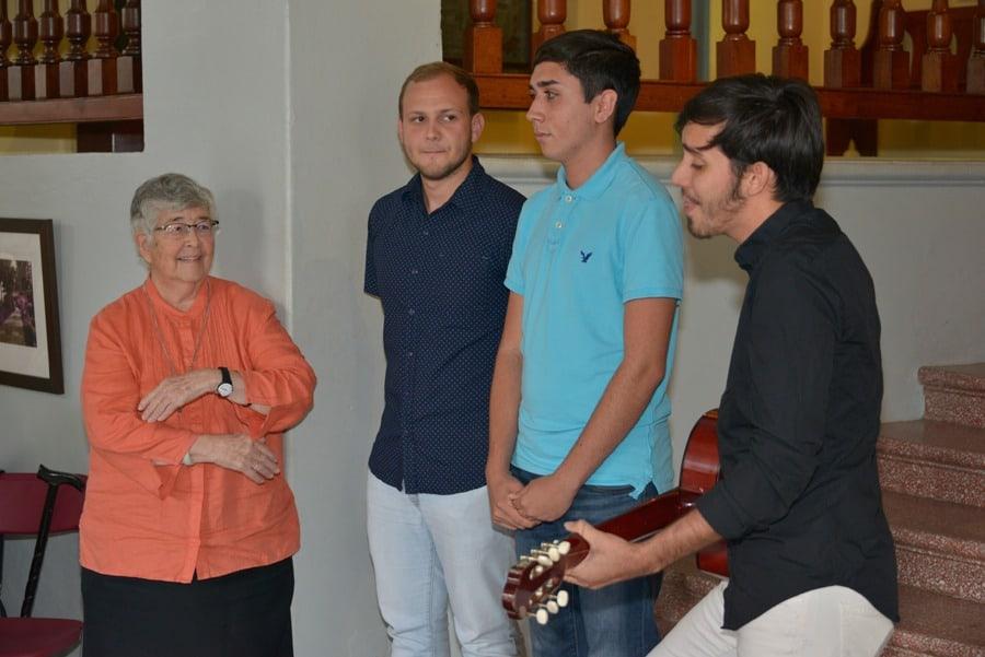 Jóvenes de la Pastoral Universitaria junto a la Hna. Socorro Juliá, rscj.