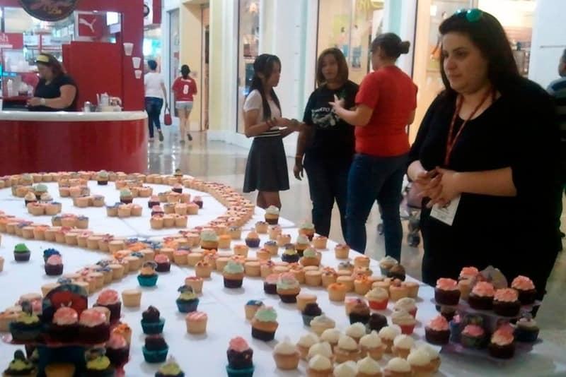 El Centro de Vinculación Comunitaria, estudiantes de Producción de Eventos y su Profa. Winnie Pérez organizaron Cupcake 4 Hope a beneficio de los niños pacientes de cáncer de Rayito de Esperanza PR celebrado en los Outlets Mall de Canóvanas. Foto: Centro de Vinculación Comunitaria