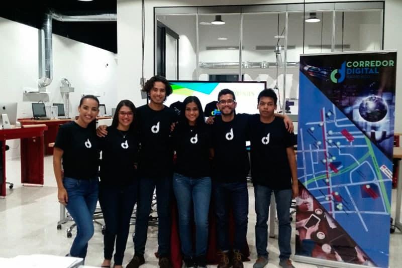 Punto y Coma compuesta por (izquierda a derecha en la foto): Neish Geigel, Loriam García, Héctor Porrata-Doria, Krysabel Fournier, Egbert Leandro y Mario Altagracia.