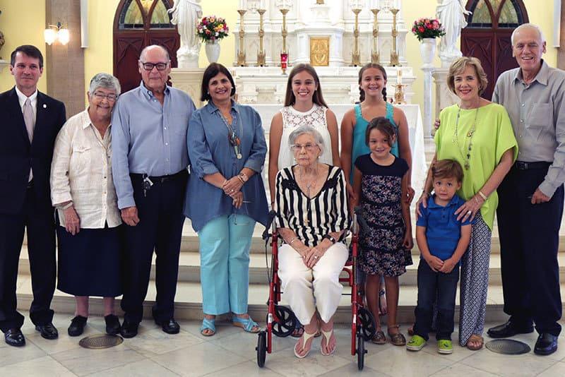 Ca Joe Thillet, recibe la medalla de fidelidad junto a su familia.