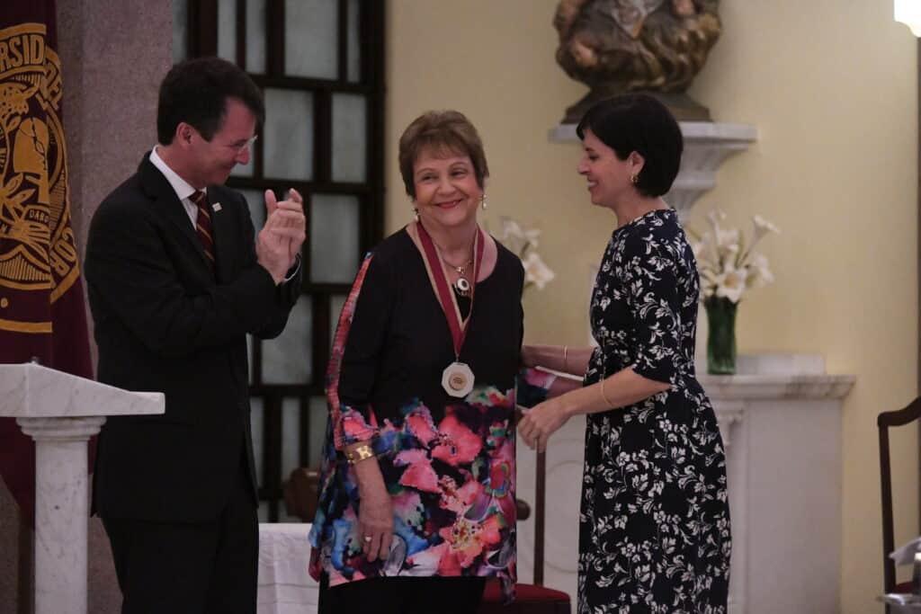 En la foto: Sonia Carolina de Hostos Anca junto a Gilberto Marxuach Torrós, presidente de Sagrado, y Vanessa Lugo Flores, presidenta de la Junta de Síndicos de Sagrado.
