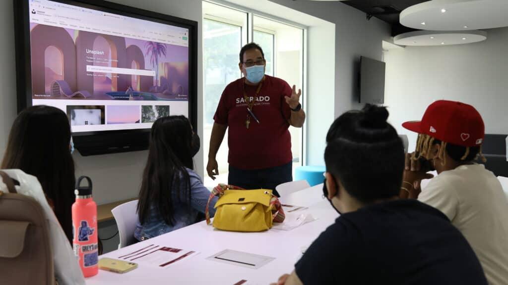Estudiantes visitan Elemento 360