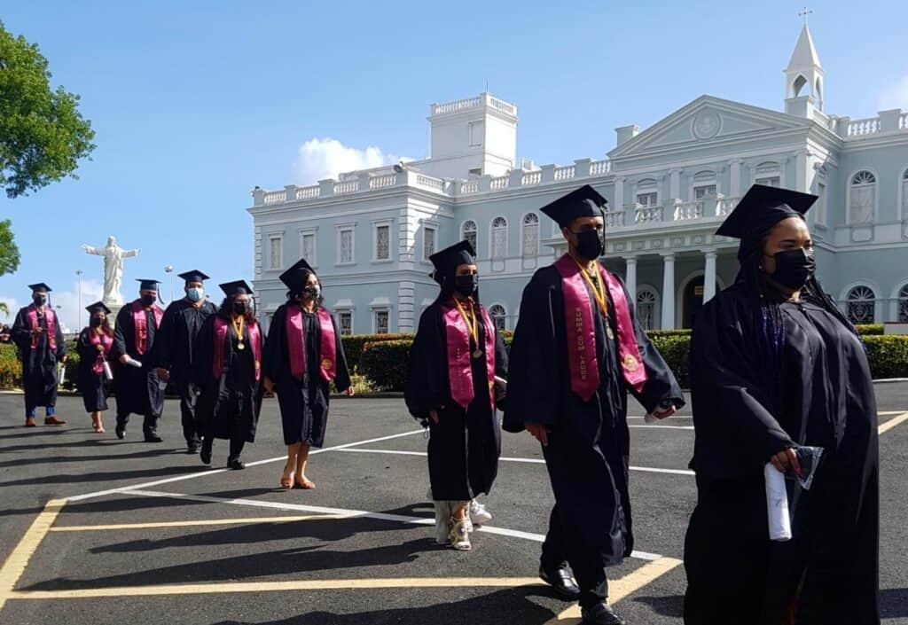 Graduandos desfilan desde el Centro de Estudiantes hasta el campo de fútbol