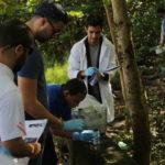 Estudiantes ciencias en trabajo de campo